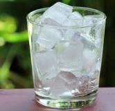 ۸ مورد از فواید گذاشتن یخ روی صورت با اثرگذاری فوری در رفع مشکلات پوستی