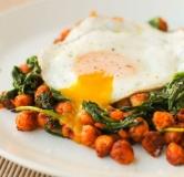 تخم مرغ به همراه نخود، اسفناج و گوجه فرنگی