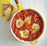 تخم مرغ در سس گوجه فرنگی با نان سیر پنیری مخصوص