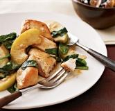 خوراک مرغ به همراه سیب و اسفناج