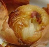 سالاد سیب وگردو همراه با نان تست و تخم مرغ نیمرو