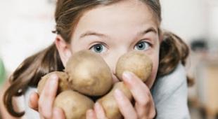 طرز تهیه ۵ نوع ماسک صورت با آب سیب زمینی برای رفع مشکلات پوستی