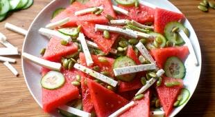 طرز تهیه سالاد تابستانی هندوانه و خیار خوشمزه و خوش رنگ